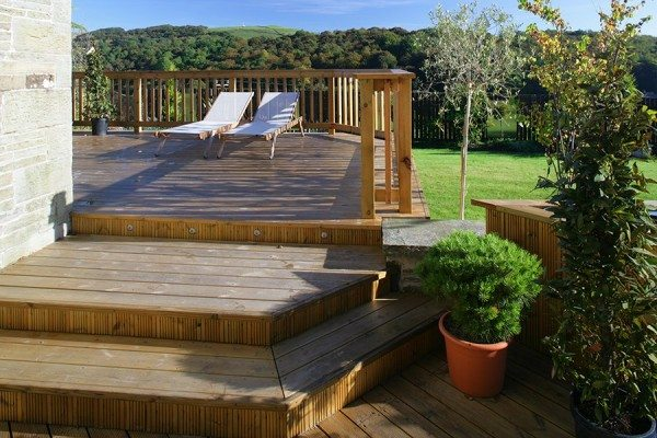Multi-level decking area with wide steps