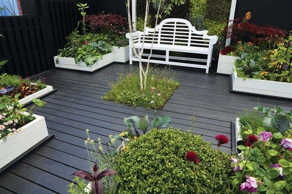 Painted smooth deck boards creates a bold statement