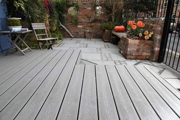 Trex Transcend Gravel Path used for a small raised decking area