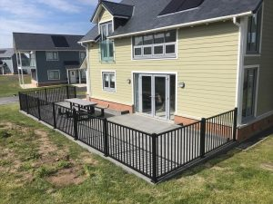 Trex® island mist decking with steel black railings close up right